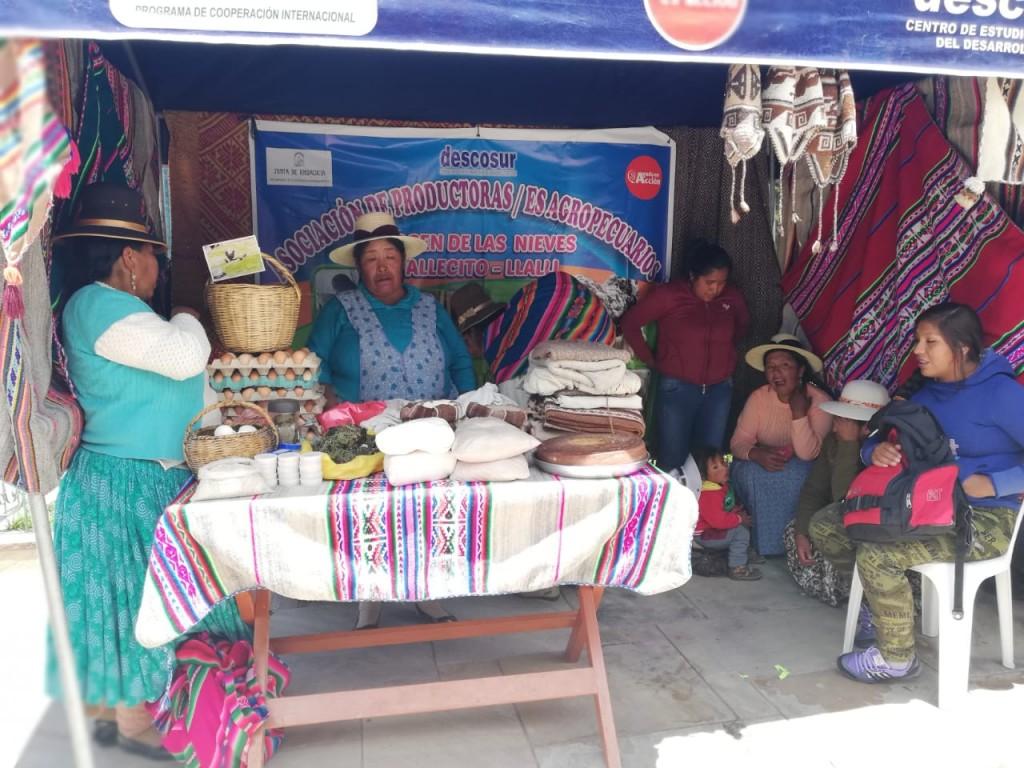 Asociación de mujeres de Llalli ofertando sus productos